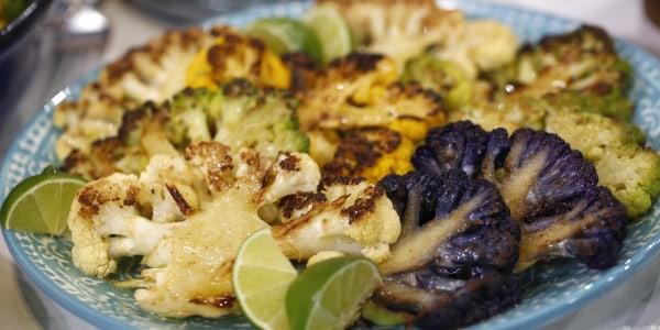 Steaks de chou-fleur avec yogourt au citron vert