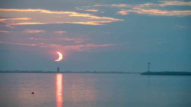 Une éclipse solaire partielle observée au lever du soleil au Delaware Breakwater Lighthouse le 10 juin 2021.