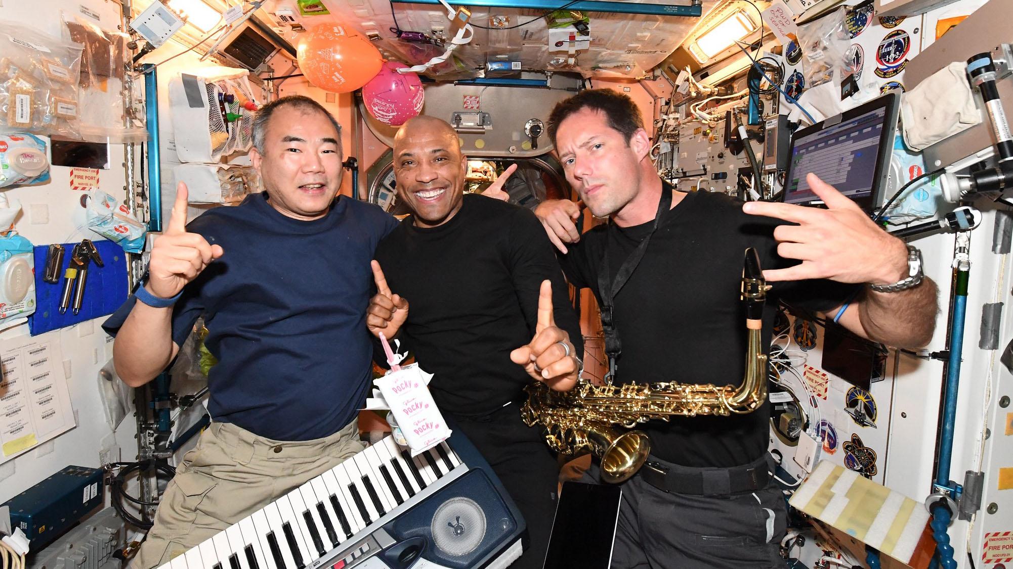 La nuit a été folle à bord de la Station spatiale internationale alors que l'équipage de onze astronautes a célébré le 45e anniversaire de l'astronaute de la NASA Victor Glover.  Mais qui a fait le ménage après ?