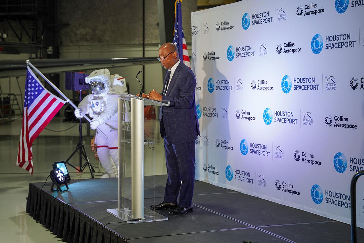Le maire de Houston, Sylvester Turner, prononce une allocution lors de la cérémonie d'inauguration du nouveau campus de Collins Aerospace au Houston Spaceport le lundi 7 juin 2021 au Lone Star Flight Museum de l'aéroport d'Ellington à Houston, Texas.