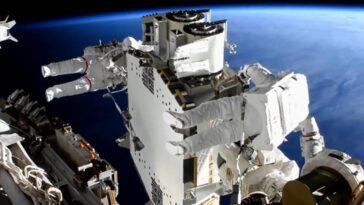 Deux Astronautes Effectuent Une Sortie Dans L'espace De Six Heures