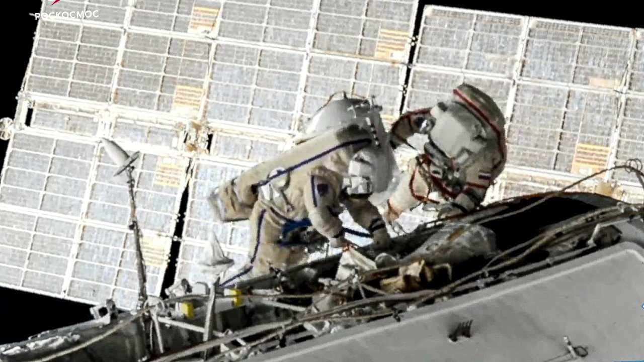 Deux Cosmonautes Effectuent Une Sortie Dans L'espace De Sept Heures
