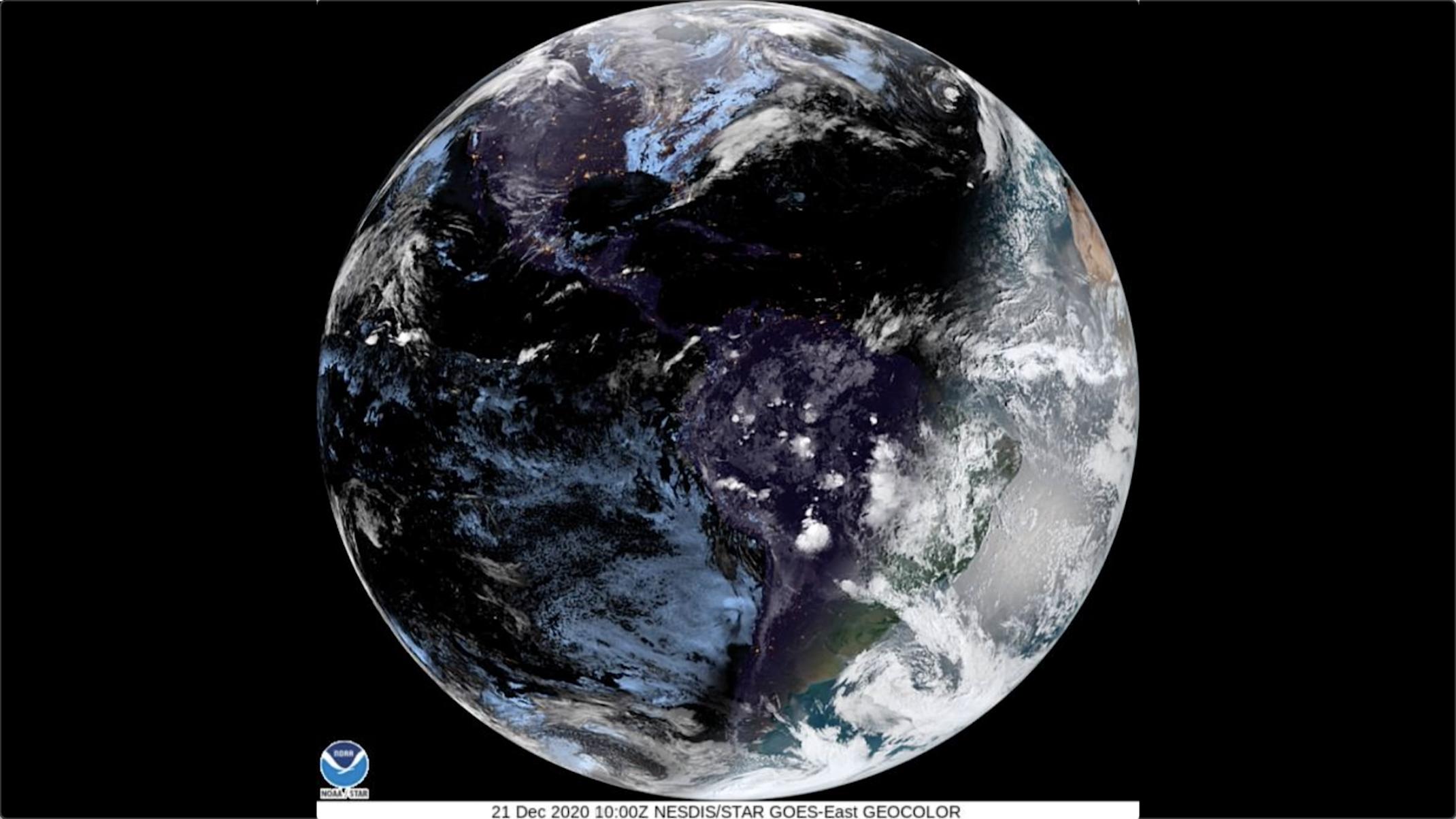 Dans le coin supérieur droit, vous pouvez voir l'ombre de la lune sur Terre sur cette image satellite capturée lors de l'éclipse solaire annulaire du 10 juin 2021.