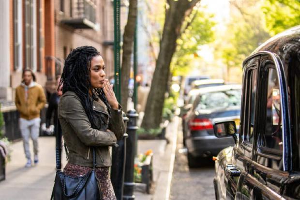 Helen dit au revoir à Mina avant de rencontrer sa mère dans un restaurant (Photo: NBC)