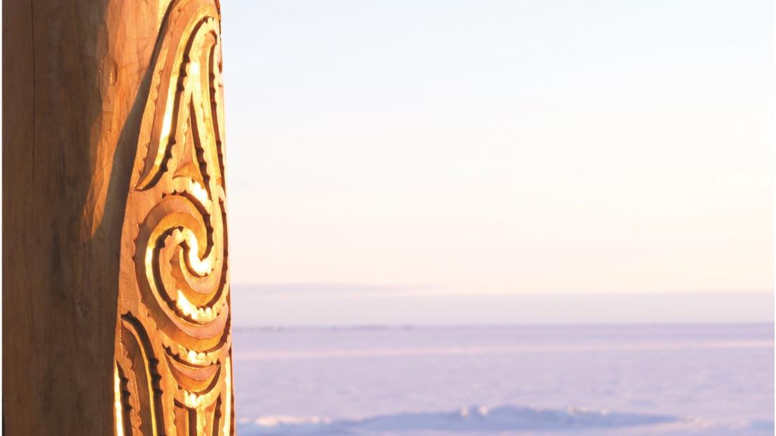 Une sculpture maorie en bois qui se dresse en Antarctique.