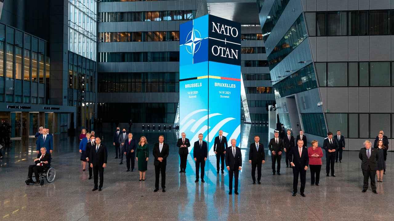 Les dirigeants posent lors d'une photo de famille au siège de l'OTAN où l'alliance de 30 pays espère réaffirmer son unité et discuter de relations de plus en plus tendues avec la Chine et la Russie, alors que l'organisation retire ses troupes après 18 ans en Afghanistan, le lundi 14 juin 2021 (Jacques Witt, Piscine via AP)