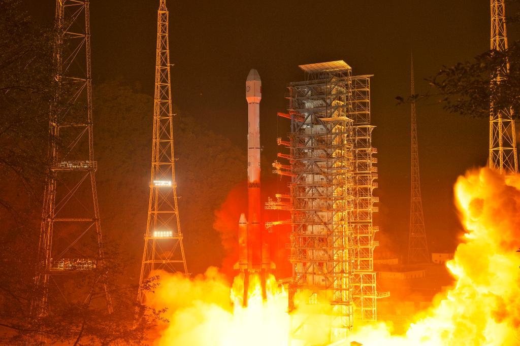 Une fusée chinoise Longue Marche 3B lance le satellite Fengyun-4B en orbite depuis le centre de lancement de satellites de Xichang.