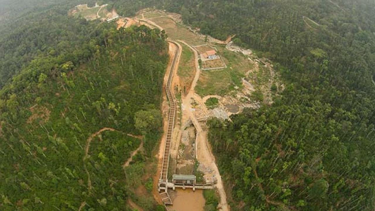 Une vue aérienne d'un petit projet hydroélectrique (SHP) dans les Ghâts occidentaux, Karnataka.  Indepense