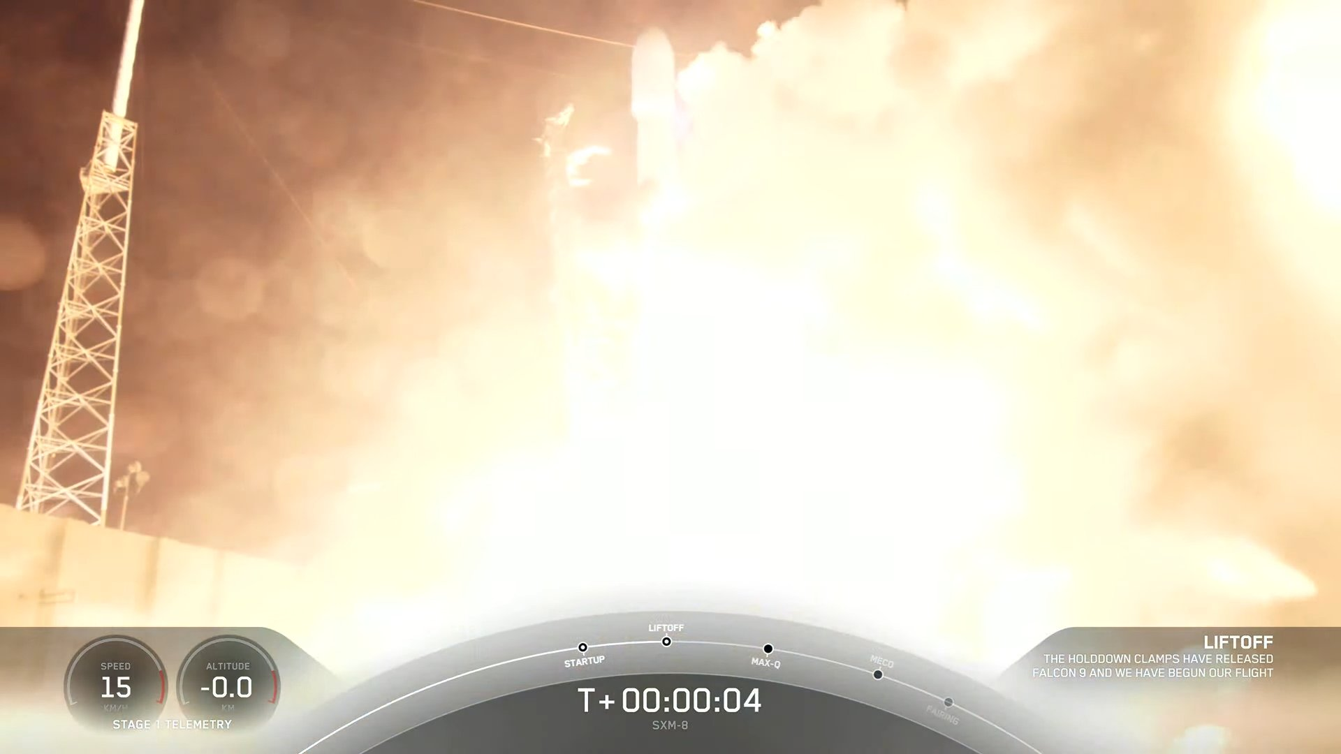 Une fusée SpaceX Falcon 9 transportant le satellite Sirius XM SXM-8 illumine le ciel de minuit au début du 6 juin 2021 lors de son lancement depuis le complexe de lancement spatial 40 de la station de force spatiale de Cap Canaveral.