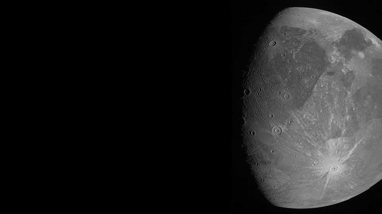 Cette image de l'énorme lune de Jupiter Ganymède a été obtenue par l'imageur JunoCam lors du survol de la lune glacée du vaisseau spatial Juno le 7 juin 2021.
