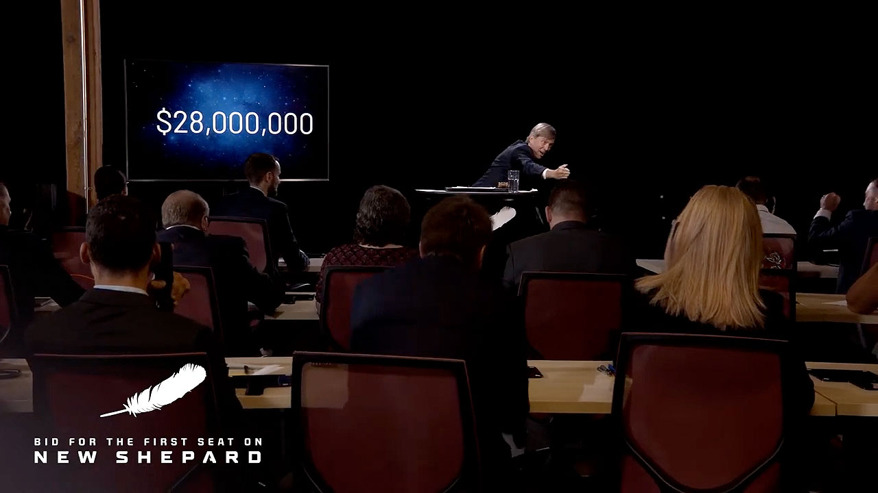 Le commissaire-priseur Steve Little avec RR Auction martèle l'offre gagnante de 28 millions de dollars pour le premier siège à l'espace sur le lanceur New Shepard de Blue Origin, qui devrait décoller le 20 juillet 2021.