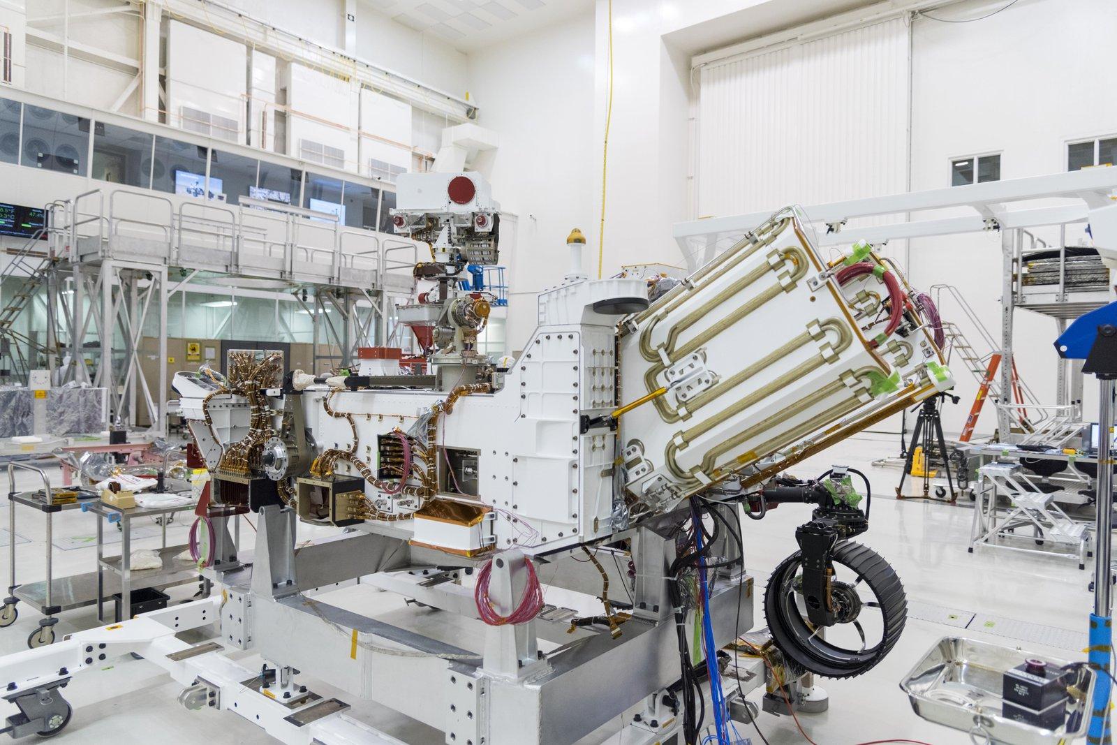 Le rover Perseverance de la NASA pendant les préparatifs du lancement, avec un espace pour la source d'énergie nucléaire du rover exposée.