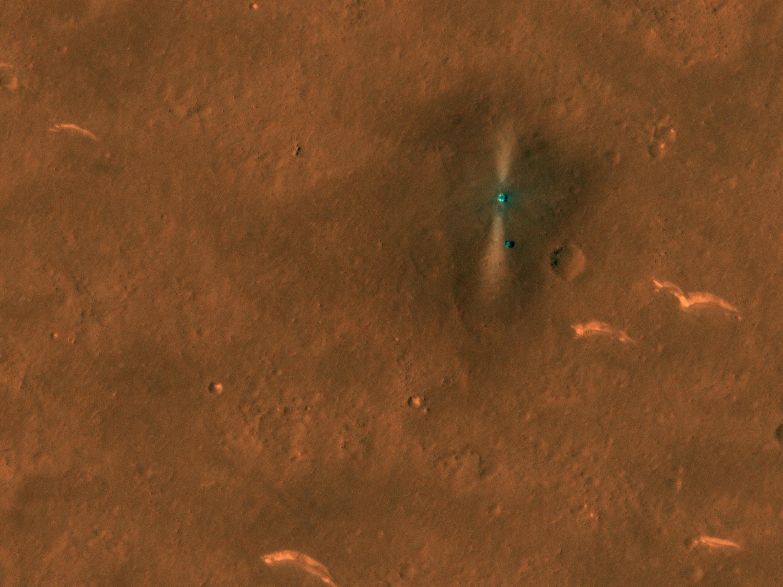 La caméra HiRISE du Mars Reconnaissance Orbiter de la NASA a capturé cette photo du rover chinois Zhurong (point lumineux inférieur) et de son atterrisseur le 6 juin 2021.