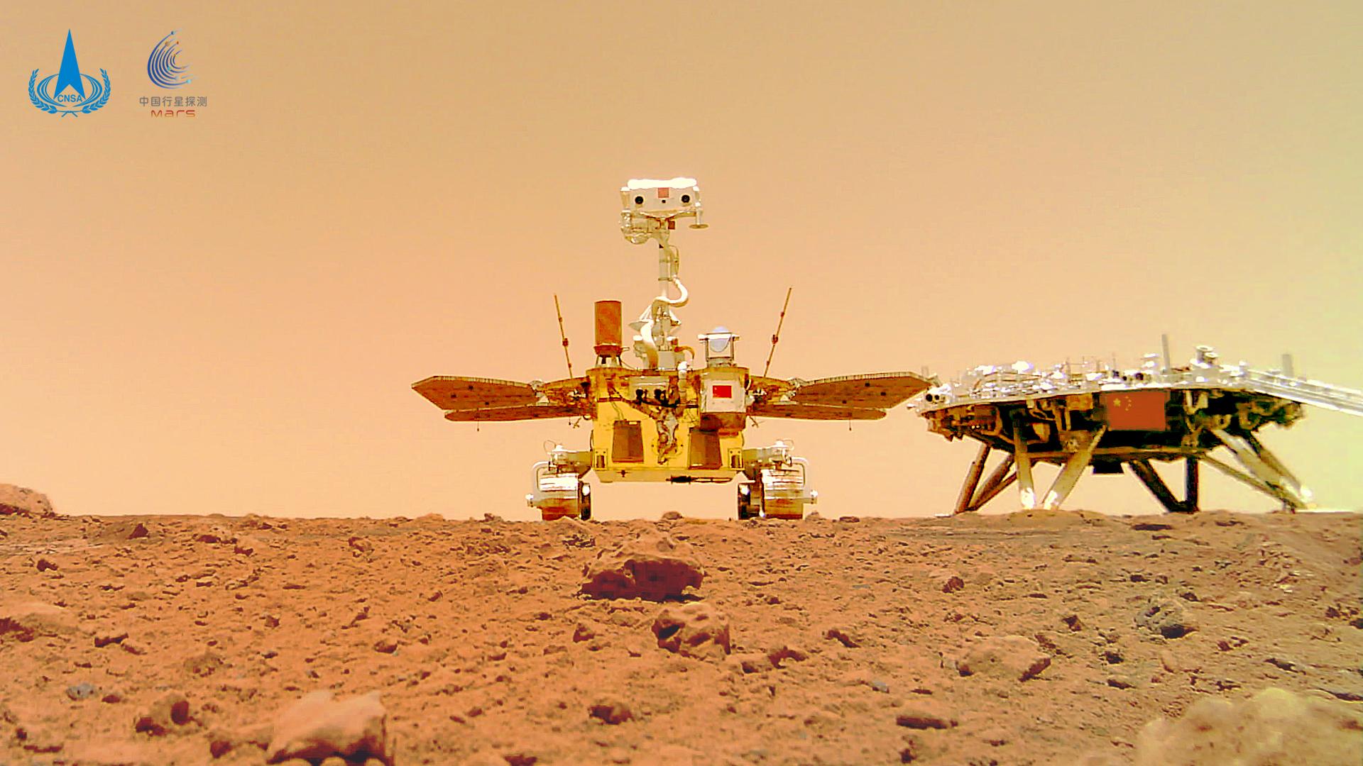 Le rover martien chinois Zhurong pose pour un autoportrait avec son atterrisseur sur cette photo d'Utopia Planitia publiée le 11 juin 2021.