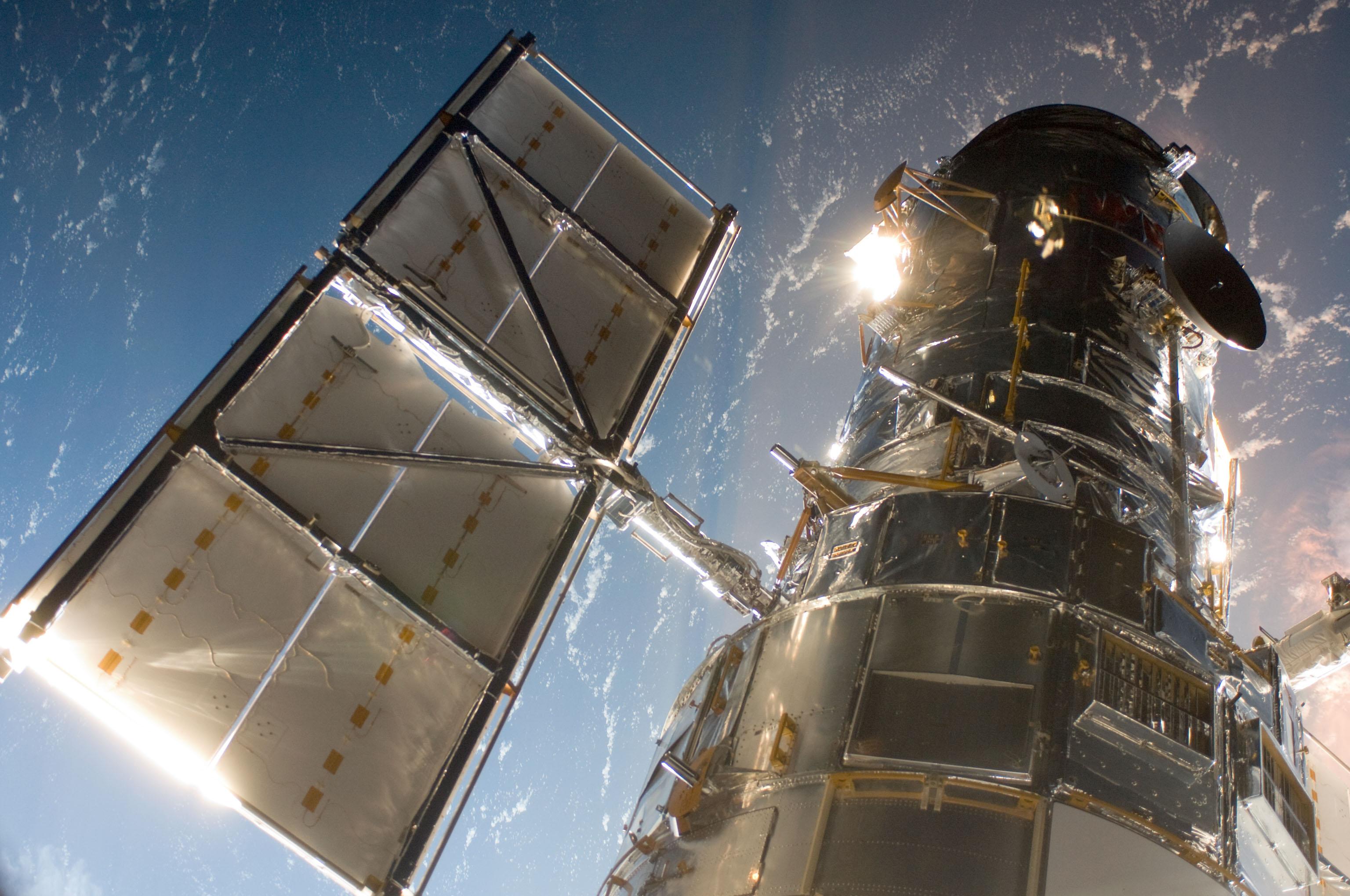 Le 13 juin 2021, le télescope spatial Hubble s'est arrêté après un problème avec un ordinateur de charge utile des années 1980.  Les membres de l'équipe continuent de travailler sur la question pour que le télescope soit à nouveau opérationnel.