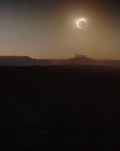 L'étoile de la mort éclipse un soleil dans le film Star Wars