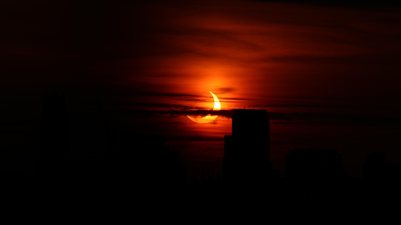 Une étrange éclipse solaire observée aux petites heures du matin à New York, le 10 juin 2021.