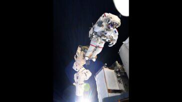 Les Astronautes Vont Installer Un Nouveau Panneau Solaire Sur La