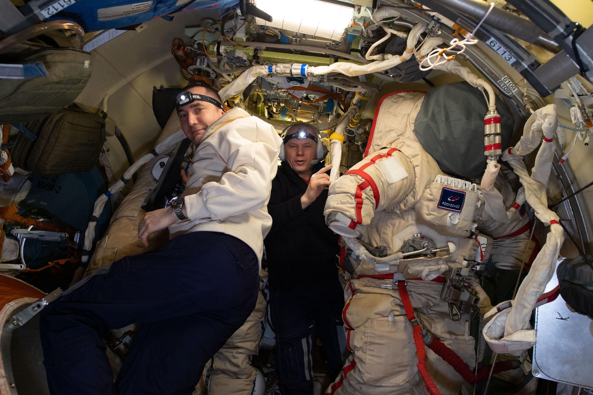 Pyotr Dubrov (à gauche) et Oleg Novitskiy préparent des combinaisons spatiales russes Orlan à l'intérieur du module Poisk de la Station spatiale internationale.