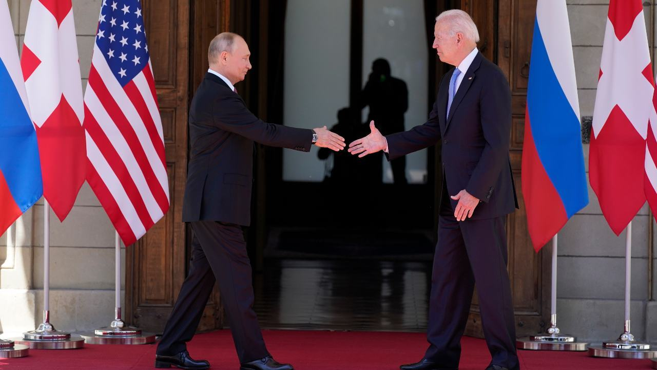 Le président Joe Biden et le président russe Vladimir Poutine se serrent la main alors qu'ils arrivent pour se rencontrer à la