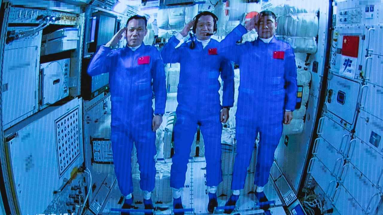 Sur cette photo publiée par l'agence de presse Xinhua, les astronautes chinois saluent après être entrés avec succès dans le module de la station spatiale Tianhe alors qu'ils sont affichés sur un grand écran au centre de contrôle aérospatial de Beijing, le jeudi 17 juin 2021. La Chine a lancé le premier équipage de trois hommes vers sa nouvelle station spatiale dans le cadre de sa première mission en équipage du programme ambitieux en cinq ans (Jin Liwang/Xinhua via AP)