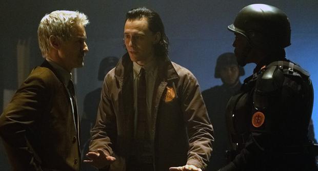 Mobius (Owen Wilson), Loki (Tom Hiddleston) et Hunter B-15 (Wunmi Mosaku) dans une scène de la série (Photo : Disney+/Marvel)
