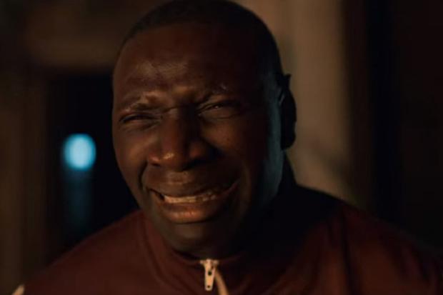 Pendant quelques minutes, Assane pense que son fils est mort (Photo : Netflix)