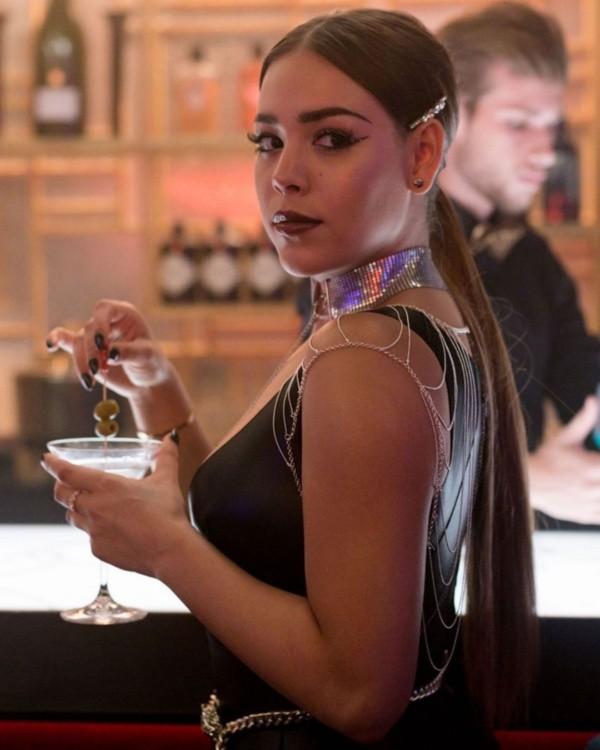 Danna Paola dans le rôle de Lucrecia.  Photo: (Netflix)