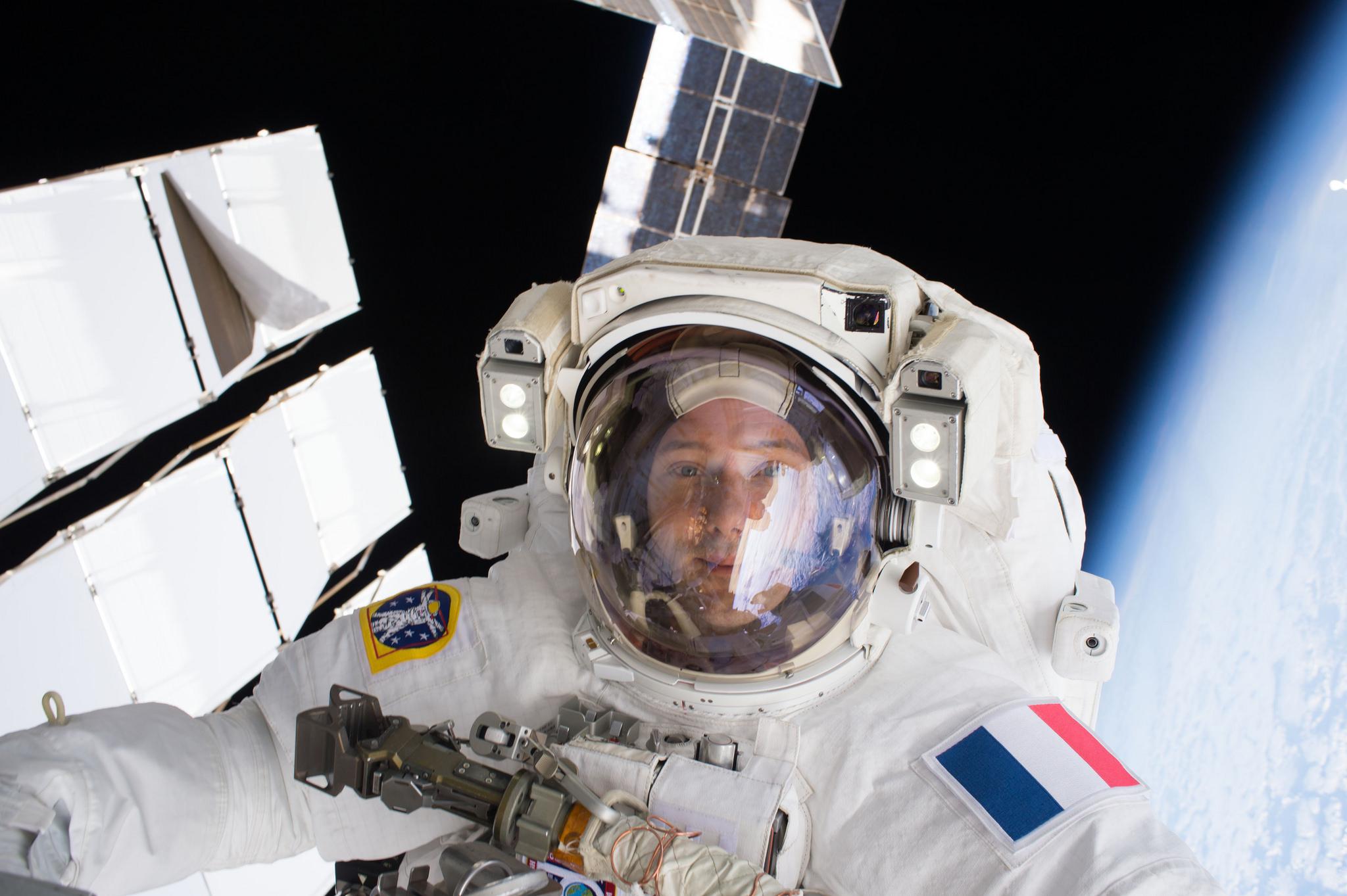 L'astronaute de l'ESA Thomas Pesquet prend un selfie lors d'une sortie dans l'espace avec l'astronaute de la NASA Shane Kimbrough en janvier 2017.