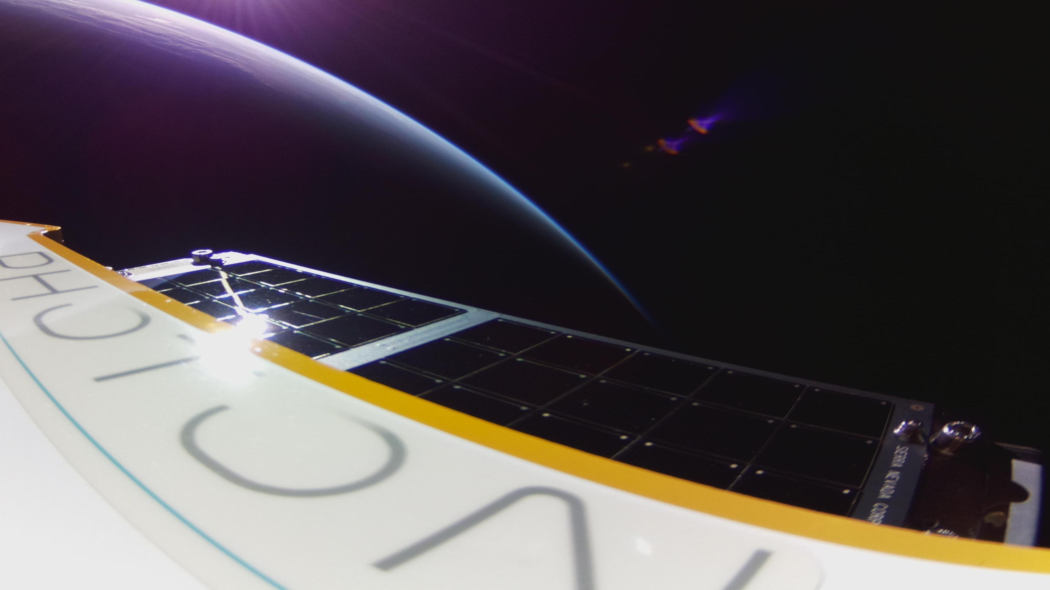 """""""Première lumière,"""" le premier de la ligne de satellites Photon de Rocket Lab à atteindre l'espace, a capturé cette photo de la Terre.  First Light a été lancé au sommet d'une fusée Electron le 30 août 2020."""