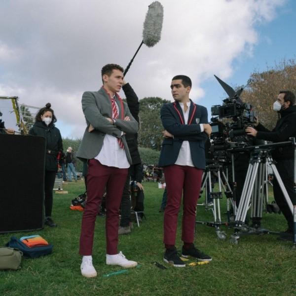 Aron Piper avec Omar Ayuso dans les coulisses d'Elite.  Photo: (Netflix)