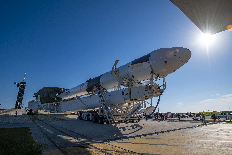 Une nouvelle fusée SpaceX Falcon 9 transportant le cargo CRS-22 Dragon se déploie vers sa rampe de lancement Pad 39A au Kennedy Space Center de la NASA en Floride le 1er juin 2021.