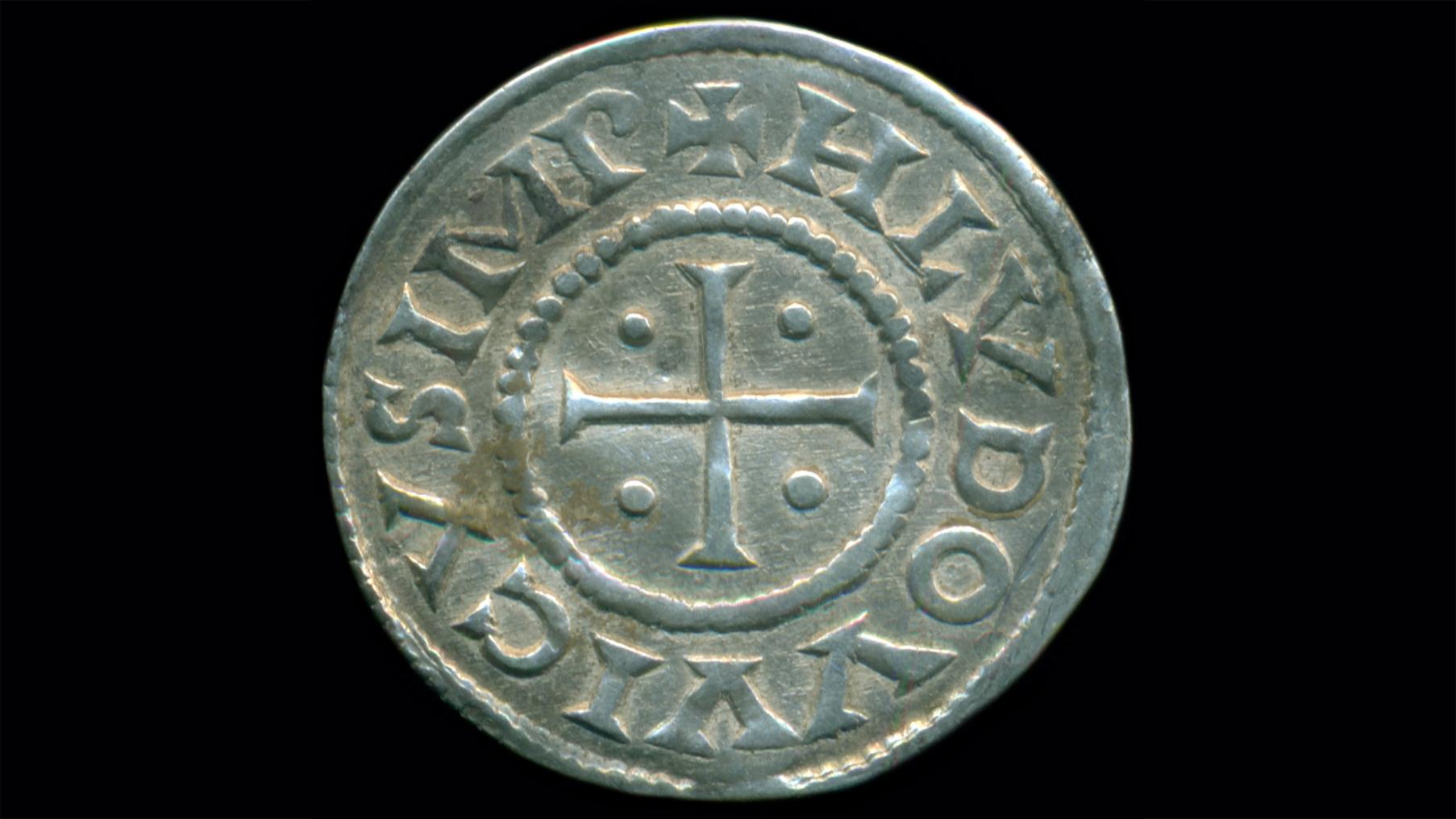 Au total, 118 pièces d'argent carolingiennes, vieilles d'environ 1200 ans, ont été déterrées dans le champ d'un fermier près de la ville de Biskupiec, dans le nord-est de la Pologne.