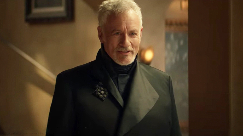 Arborant une veste noire à col ouvert super élégante, Q est un concurrent infaillible pour M. Alpha Quadrant 2399.