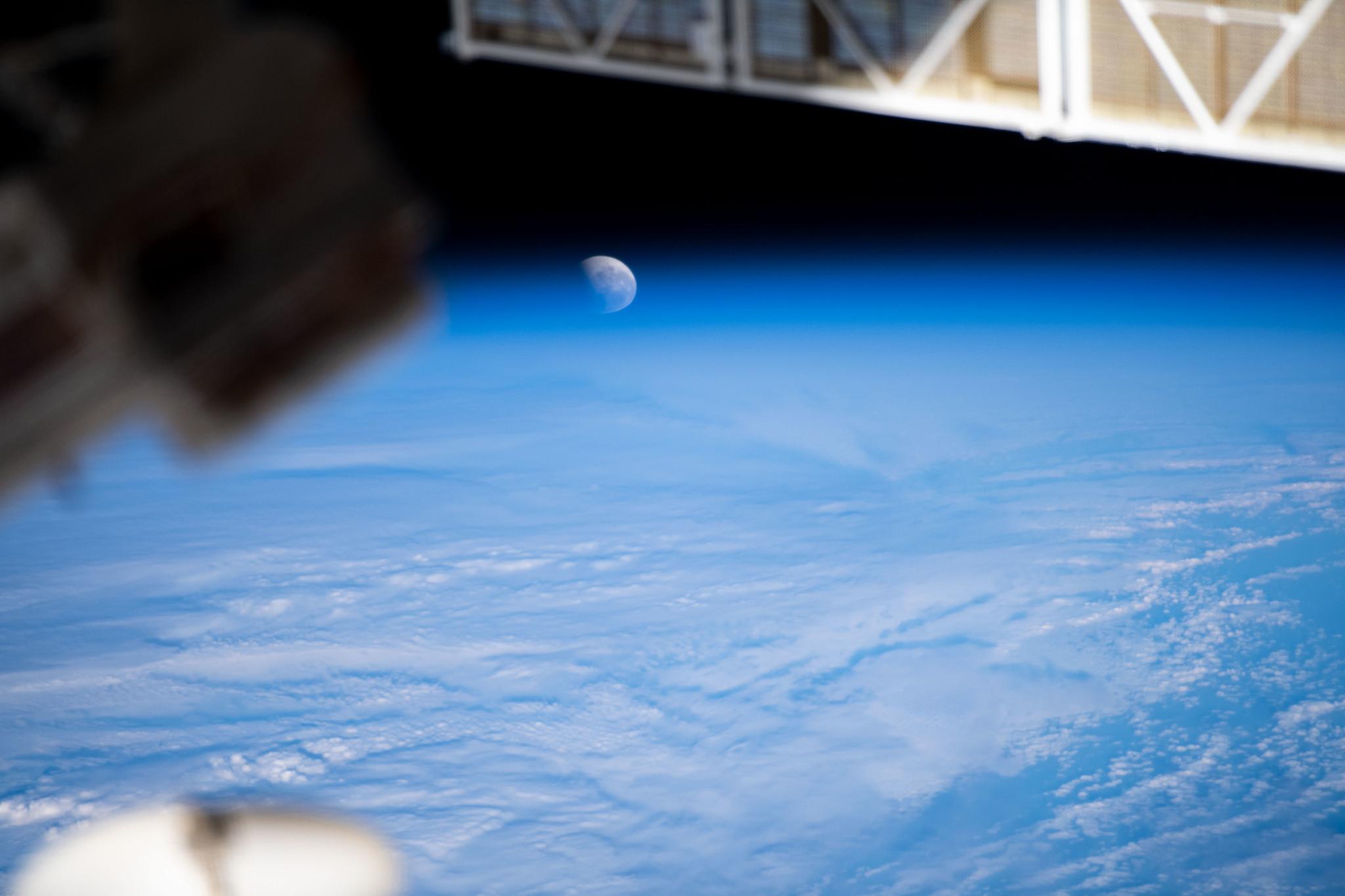 À un moment donné, l'éclipse lunaire partielle du 26 mai 2021 a croisé l'horizon de la Terre du point de vue des astronautes de la Station spatiale internationale.