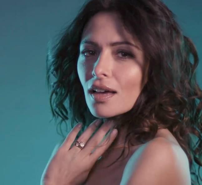 Sarah Shahi dans Sex/Life (Crédit : Instagram/sexlife)