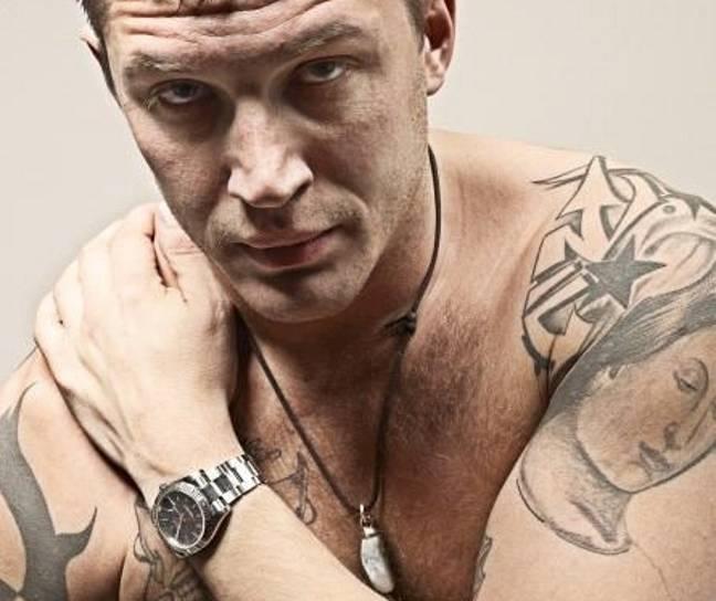 Le tatouage de l'étoile de Tom Hardy (Crédit: tom-hardy.org)