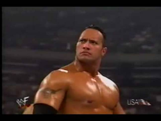 Dwayne Johnson de retour à l'époque de la WWE.  Crédit : WWE