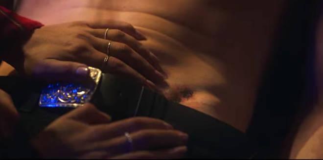 Sexe/Vie : le tatouage de bourdon de Brad est montré dans un flashback