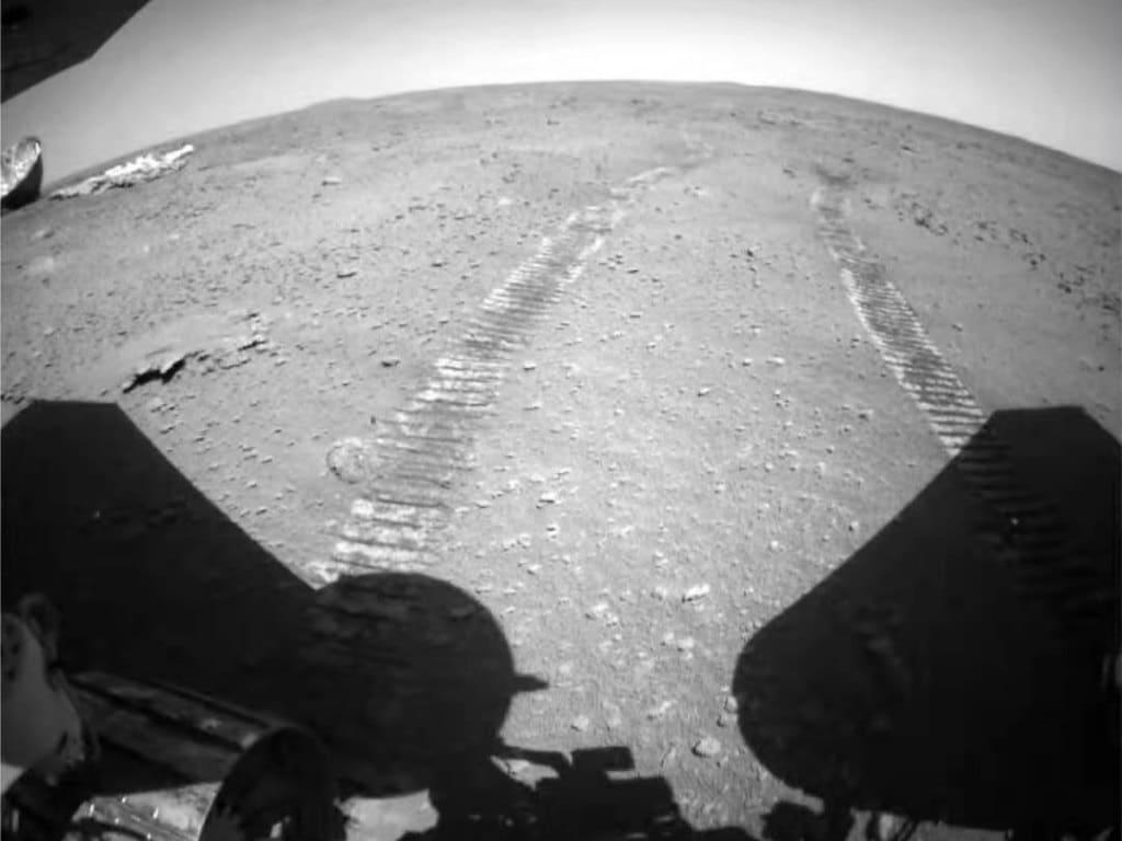 Les traces de roues de Zhurong sur Mars.  /Administration spatiale nationale de Chine