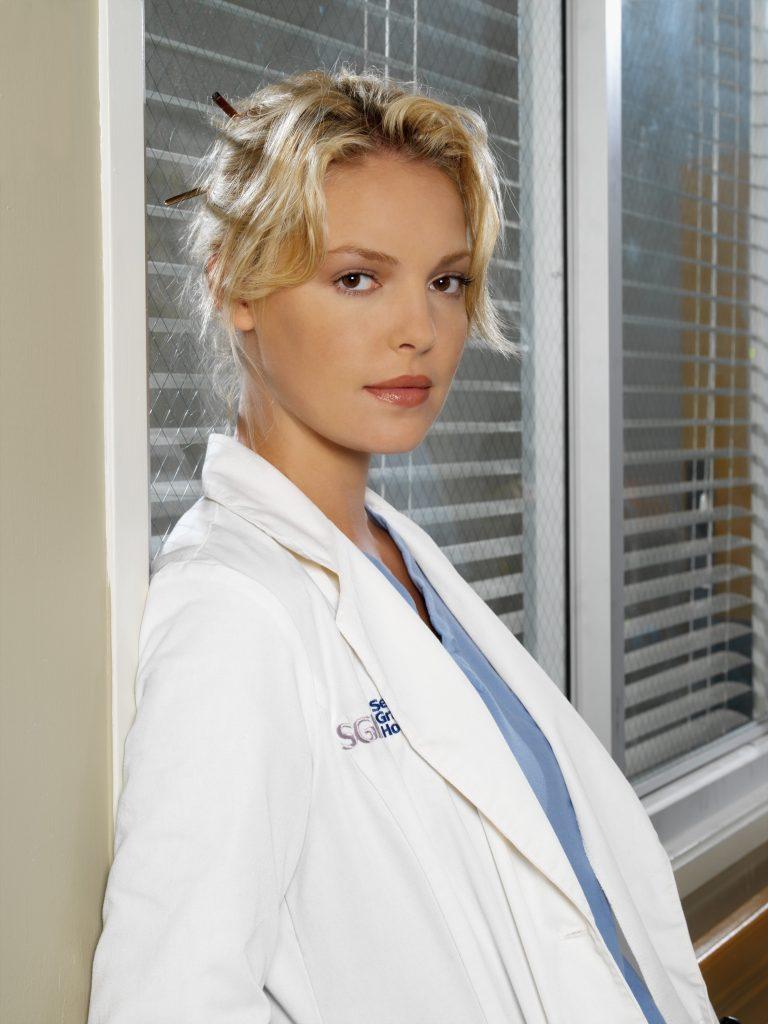 Katherine Heigl sur 'Grey's Anatomy' dans le rôle d'Izzie appuyé contre un mur.