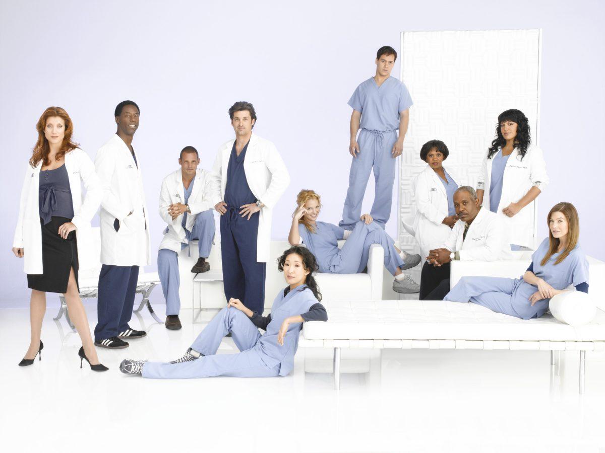 Les membres de la distribution de «Grey's Anatomy» sourient et posent pour la caméra dans leurs gommages médicaux pour une photo promotionnelle