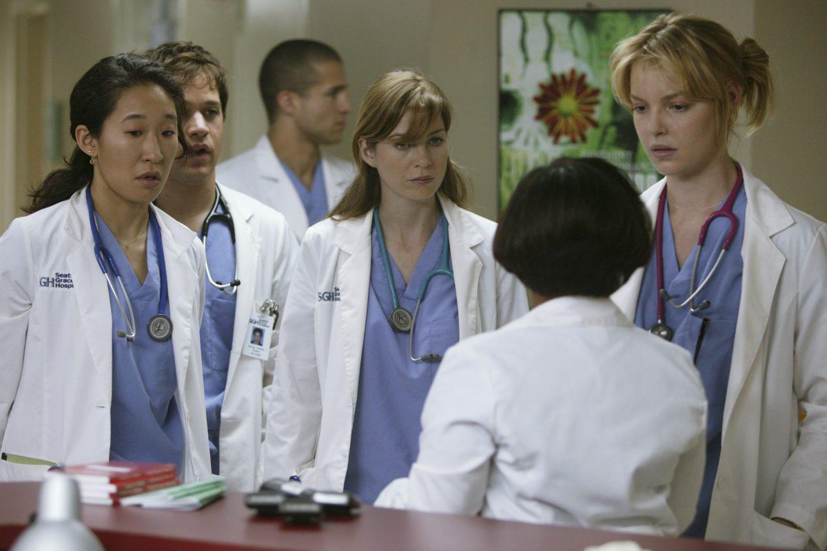 Les acteurs de Grey's Anatomy Ellen Pompeo, Sandra Oh, Katherine Heigl, TR Knight et Chandra Wilson dans le rôle de Meredith, Izzie, Cristina, George et Miranda Bailey filmant le pilote.
