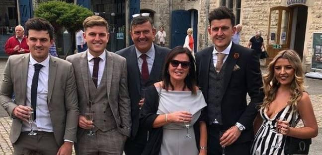 Harry avec sa famille, y compris son père, Alan (au centre).  Crédits: Instagram/daisymaguire_
