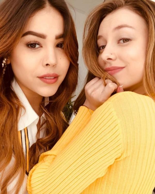 Danna Paola y Ester Exposito son grandes amigas.  Foto: (Netflix)