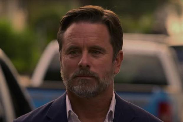 Le père de Sarah n'abandonne pas et continue de se battre pour que sa famille garde le butin trouvé par John B. (Photo : Netflix)