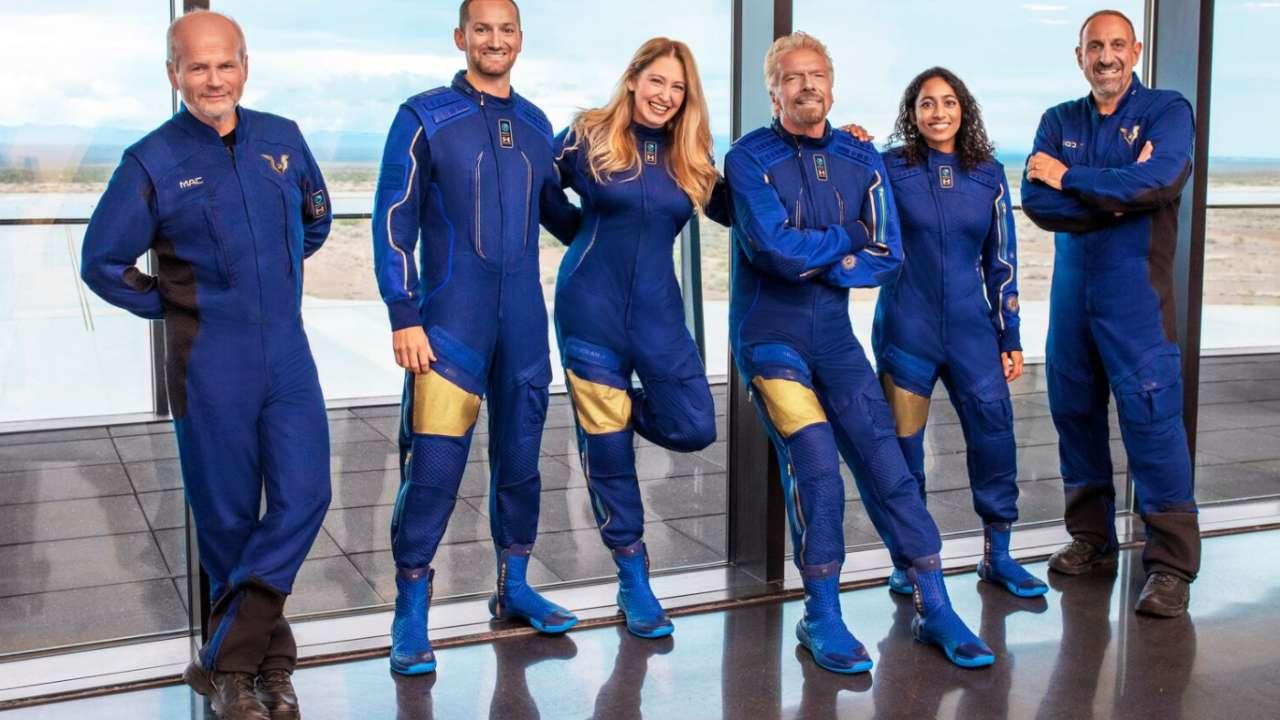 Le fondateur de Virgin Galactic, Richard Branson, ainsi que l'équipage qui s'envolera dans l'espace lors du vol d'essai le 11 juillet.  Crédit image : Twitter