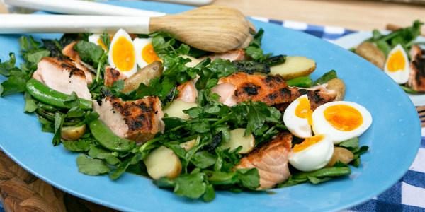 Salade de saumon de Martha Stewart avec pois sucrés, œufs et pommes de terre