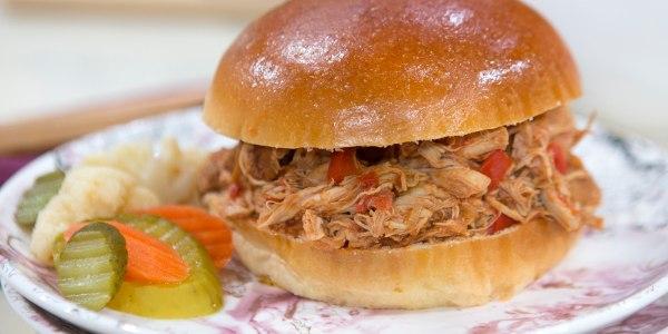 Sandwichs au poulet Buffalo épicés à la mijoteuse