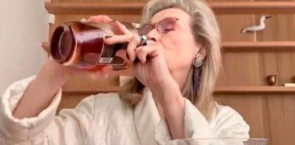 Meryl Streep appréciant le whisky.
